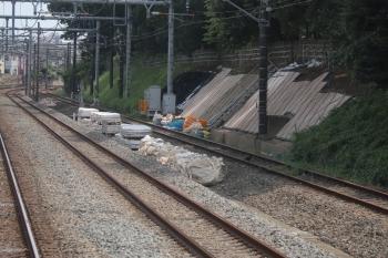 2019年8月18日 11時半ころ。所沢〜秋津。上り列車の車内から見た工事現場。