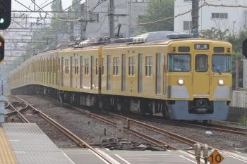 2019年8月19日 6時29分ころ。東伏見。1番ホームへ到着する2411F+2001Fの下り回送列車。上り回送列車で5時59分ころに3番ホームを通過した編成です。この後は拝島始発の4306レで目撃。