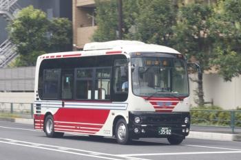 2019年8月20日 12時26分ころ。高田馬場駅近くの新目白通り。関東バスの小型車の回送車。
