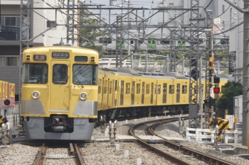2019年8月20日。高田馬場〜下落合。2405F+2007Fの2644レ。背後にはJR山手線のE235系が見えます。