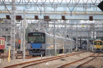 2019年8月21日 10時1分ころ。保谷。2番ホームへ到着する10102Fの下り回送列車と、3番ホームから発車した9000系の4305レ(右)。