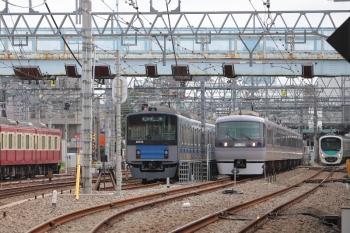 2019年8月21日 10時3分ころ。保谷。2番ホームから4番線へ入った10102Fの下り回送列車と、32104F+38107Fの2123レ(右奥)。