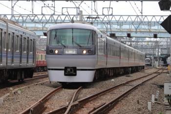 2019年8月21日 10時8分ころ。保谷。4番線から発車した10102Fの下り回送列車と、これから4番線へ入ってくる2番ホーム到着の東急5050系8連(右奥)。