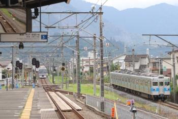 2019年8月21日 12時26分ころ。西武秩父。発車した10109Fの26レ(左奥)と秩父鉄道5000形。