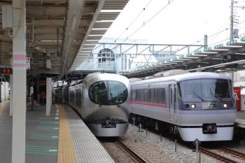 2019年8月25日。保谷。001-B編成の上り回送列車と、通過する10102Fの76レ。