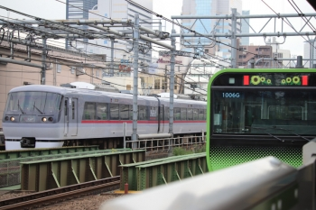 2019年8月31日 11時42分ころ。西武新宿〜高田馬場。JR山手線の新大久保駅から撮影。10000系の113レと、発車して ひまわり表示の山手線E235系。