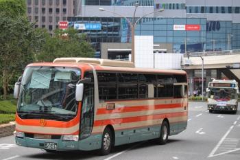 2019年8月31日 12時ころ。新宿駅西口。小湊バスの高速バス。後ろには関東バスが見えます。池袋でも木更津のアウトレットモールゆき小湊バスを見かけます。房総の田舎を走っているだけではありません。