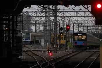 2019年9月1日 5時30分ころ。所沢。右から、2番ホームを通過した20107Fの上り回送列車、電留線で帯泊の2075F・6116F。