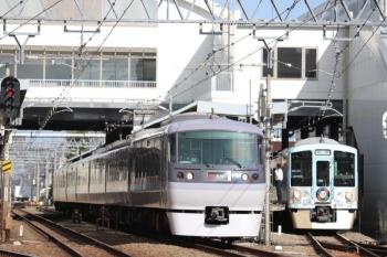 2019年9月8日 8時5分ころ。東長崎。3番ホームを通過する10111Fの68レと、待避する4009Fの上り回送列車。