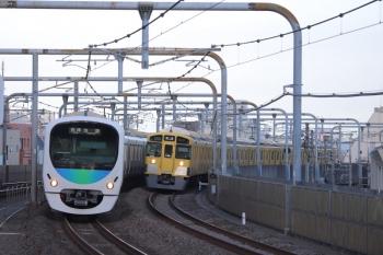 2019年9月8日 6時11分。富士見台。38107Fの5206レ(左)と2091Fの上り回送列車。