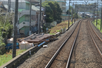 2019年9月15日。仏子〜元加治駅間。下り線脇の組み立てが始まった分岐器。