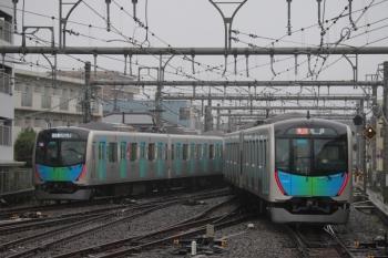 2019年9月16日。飯能。40105Fの401レ(左)と40102Fの2120レが並んで発車。