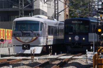 2019年9月19日。高田馬場〜下落合。10104Fの120レ(左)と20105F(ライオンズ)の2643レ。上りが少し遅れ。