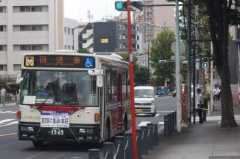2019年9月19日。高田馬場駅近くの新目白通り。まだこの回送バスは大型車でした。