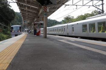 2019年9月22日 12時34分ころ。芦ケ久保。右が001-B編成の下り回送列車。左は10110Fの26レ。