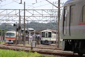 2019年9月22日 10時56分ころ。高麗。「むさし65号」だった10105Fは上り方へ回送で発車(左)。中央は4019F+4021Fの5019レ。そして10111Fの22レは2番ホーム横へ入線(右手前)。