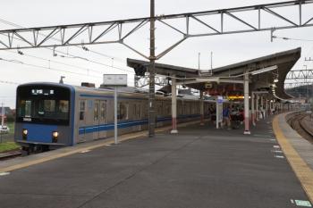 2019年9月22日 16時5分ころ。高麗。到着する20158Fの下り回送列車。折り返しの各停 飯能ゆきの表示になっています。