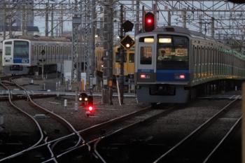 2019年9月22日 5時30分ころ。所沢。左端から、電留線で夜間帯泊した6158F・2063Fと、通過した6102Fの新宿線 上り回送列車。上に、同じ場所の数分前の写真があって明るさがかなり違うのは、露出の違いで、見た目はこっちが正しかったと思います。