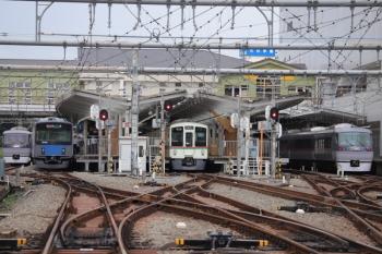 2019年9月23日 11時14分ころ。飯能。左端から、10102Fの上り回送列車、20102Fの2132レ、(<-飯能)4007F+4023Fの5021レ、10111Fの11レ。