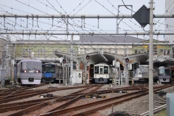 2019年9月23日 11時14分ころ。飯能。左端から、発車した10102Fの上り回送列車、20102Fの2132レ、(<-飯能)4007F+4023Fの5021レ、10111Fの11レ。