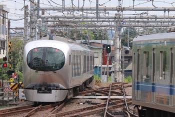 2019年9月23日 11時37分ころ。飯能。特急ホームから発車した001-A編成の下り回送列車と、20103Fの4122レ。