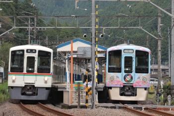 2019年9月23日 12時46分ころ。東吾野。2番ホームに停車中の4009Fの下り列車(右)。左は(<-飯能)4021F+4015Fの5030レ。