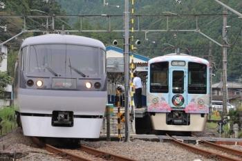 2019年9月23日。東吾野。4009F(52席) の下り列車を待たせて通過する10111Fの26レ。