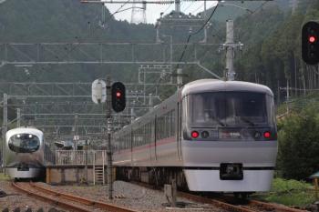 2019年9月23日 15時21分ころ。武蔵横手。左が臨時の「むさし78号」の001系。右は10111Fの19レ。