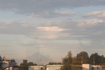 2019年9月24日 5時55分ころ。大泉学園〜石神井公園駅間の高架線上から見えた富士山。雲がうまい具合に重なって、山頂がとんがっ