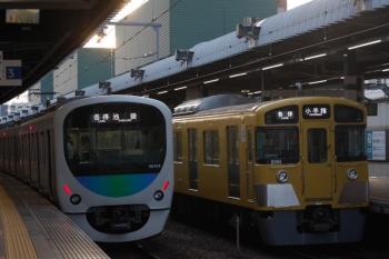 2019年9月25日。練馬。38104Fの5204レ(左)と2091Fの5203レ。