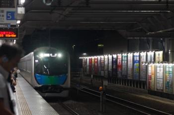 2019年9月25日 20時41分ころ。所沢。通常は4番ホーム到着のS-Train 503レ。ダイヤ乱れで5番ホームへ到着。