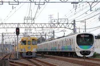 2019年10月5日 14時53分ころ。南入曽車両基地の入り口。2007Fの会場ゆき回送列車と30106Fの2676レ。