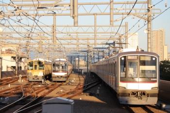 2019年10月5日。石神井公園。右から、東急4105Fの2104レ(運用番号「16K」を表示)、6番線で夜間帯泊の東急5173F、5604レで折り返し待ちの2075F。