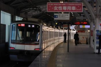 2019年10月5日。石神井公園。発車した東急4105Fの2104レ。運用番号は16Kを表示。