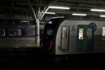 2019年10月11日 19時38分ころ。石神井公園。10110Fの上り特急が40000系の上り回送列車を追い抜き。