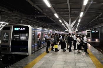 2019年10月11日 19時44分ころ。石神井公園。2番ホームに6109Fの4231レが停車中。37レ通過後の1番ホームへ6155Fの3707レが到着。急ぐ乗客が3707レに乗り換えました。