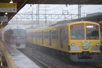 2019年10月12日。仏子。通過する10000系の11レと、中線で待避する1245Fの下り回送列車。風雨は強くなったり弱くなったりを繰り返し。