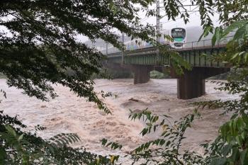 2019年10月12日 11時40分ころ。仏子〜元加治駅間。増水した入間川を渡る30000系の準急 池袋ゆき。