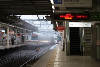 2019年10月12日。所沢。発車したメトロ7013Fの元町・中華街ゆき各停の6808レ(左)と6110Fの下り回送列車。