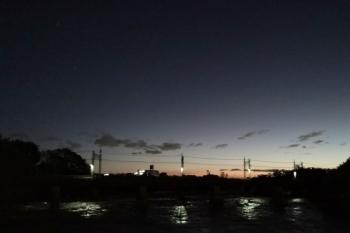2019年10月13日。仏子〜元加治。上流側の道路橋から見た池袋線の入間川橋梁。晴れていました。近くのコンビニは臨時休業。