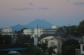 2019年10月13日 5時40分ころ。清瀬〜東久留米駅間から見えた富士山。5204レの車内から。
