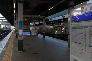 2019年10月13日。練馬。通過する4021F+4017Fの上り回送列車(左奥)と到着する2461F+2091Fの4109レ。