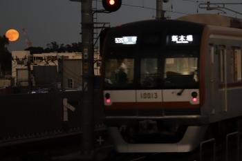 2019年10月13日。石神井公園。発車したメトロ10013Fの6542レ(53S運用)とお月さま。