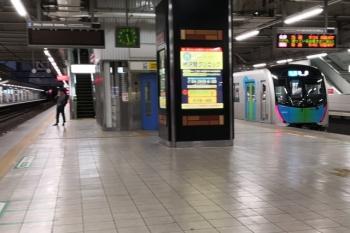 2019年10月13日 5時28分ころ。所沢。2番ホームの発車案内表示はなし。右は40102Fの3102レが発車した3番ホームで、発車案内表示は、地下鉄直通の6506レがスキップされてその次の2102レを見せてます。