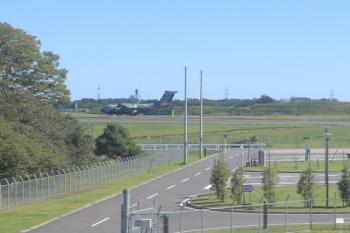 2019年10月13日 10時半ころ。航空自衛隊・入間基地。飛行機が離陸中。どこかの災害現場へ向かったのでしょうか?