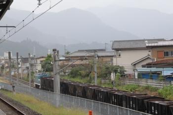 2019年10月14日 13時10分ころ。御花畑〜影森。西武秩父駅のホームから見えた秩父鉄道の下り貨物列車。