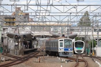 2019年10月15日。清瀬。2番ホームから6115Fの6412レが発車。1番ホームには38105Fの5210レが到着。
