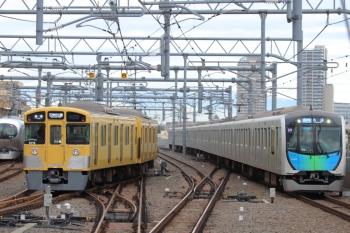 2019年10月15日。石神井公園。右から、401002Fの4652レ(54M運用)と5601レで到着後に6番線へ入る2075F、そして001系の下り回送列車。