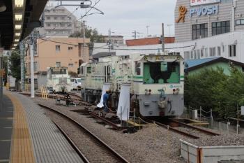 2019 年10月18日 11時前。東長崎。4番ホーム脇の保守用車スペースでメンテ中のレール削正車。