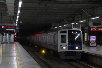 2019年10月18日 5時31分ころ。所沢。3番ホームを通過する6108Fの上り回送列車。